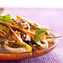 Nudlový salát s řasou wakame