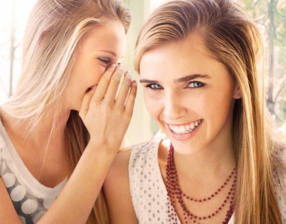 Zářivý úsměv s černou zubní pastou
